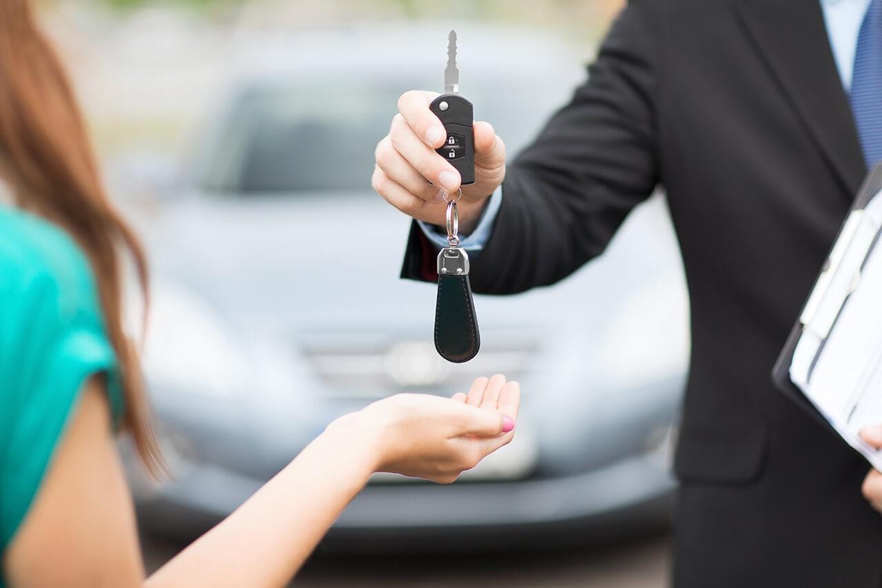 Девушка покупает авто