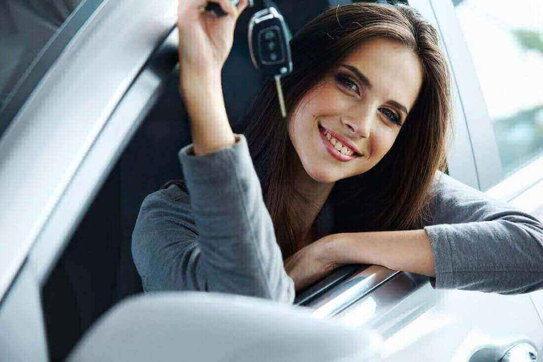 Женщина купила автомобиль